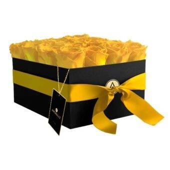 rosas amarillas en caja negra cuadrada