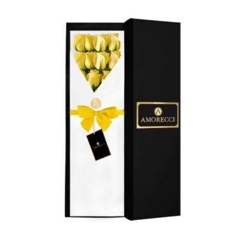 caja negra y rosas amarillas